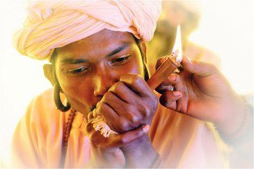 Курение чилима - обычная сцена на крупнейшем индуистском фестивале