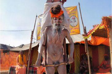 Непростые акробатические номера нагов на улицах фестиваля. Индия