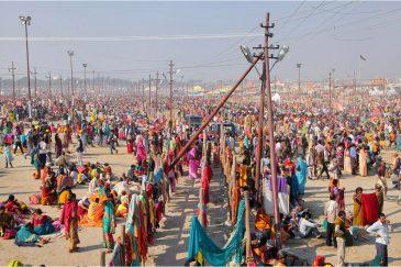 Скопление народа на месте слияния священных рек. Фестиваль Кумбха Мела. Индия