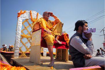 Скромный гуру на простой повозке на фестивале. Индия