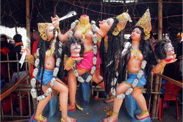 Статуя богини Кали в лагере Пайлота Бабы на фестивале Кумбха Мела. Индия