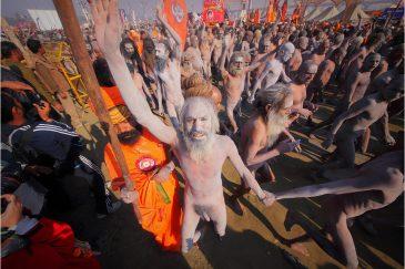 """Толпа нагов после омовения в Ганге на """"Празднике Кувшинов"""". Индия"""