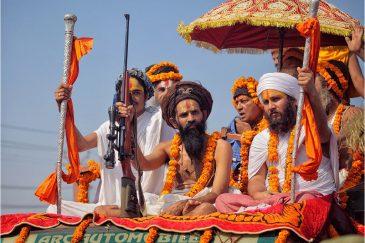 Ученики-охранники индийского гуру со снайперской винтовкой на фестивале. Индия