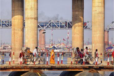 Временные понтонные мосты через Гангу на фестивале. Индия