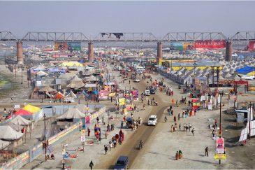 Временный палаточный город фестиваля Кумбха Мела. Индия