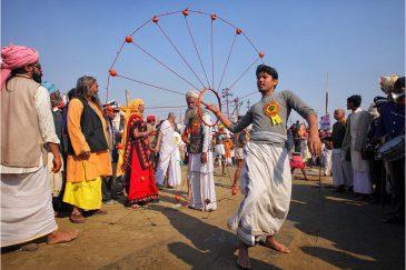 Выступления циркачей на улицах Кумбха-Мелы. Индия