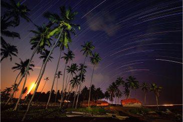 Звездные дорожки и восход луны над пляжем Варкала. Штат Керала. Индия