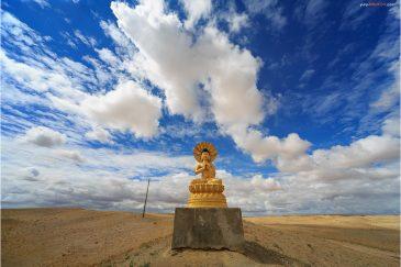 Будда в пустыне Гоби возле монастыря Хамарын Хийд. Монголия