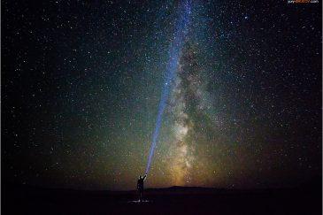 Подсвечивая звезды. Автопортрет в пустыне Гоби. Монголия