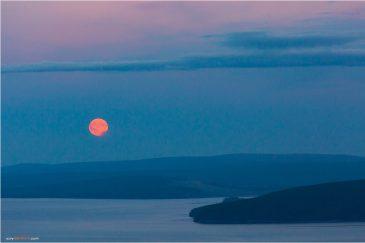 Полная луна над озером Хубсугул. Монголия