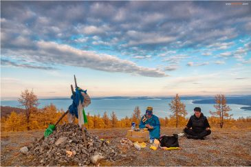Шаман со своим внуком на вершине горы у озера Хубсугул. Монголия