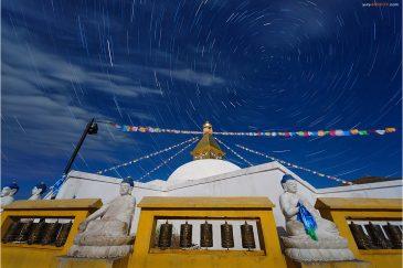 Звезды и ступа монастыря Амарбаясгалант Хийд. Монголия