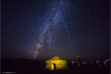 Звезды и юрты в пустыне Гоби. Монголия