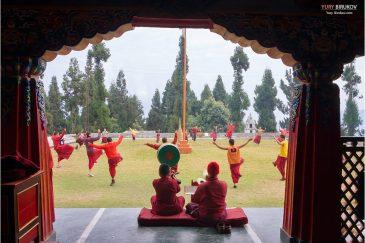 Репетиция церемонии Цам в монастыре Румтек возле Гангтока, штат Сикким