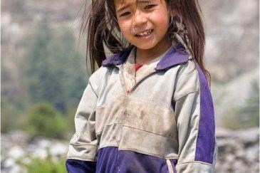 Девчушка в гималайской деревне