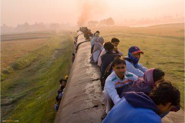 На крыше непальского поезда