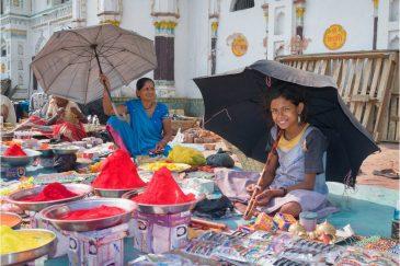 Продавцы красок перед храмом Днанаки Мандир в Джанакпуре