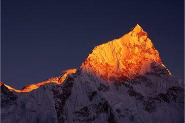 Вершина Нуптзе в лучах заходящего солнца