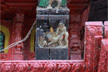 Деревянная резьба на индуистском храме
