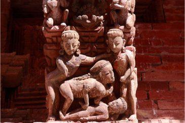 Фигурки на шиваистском храме в Катманду