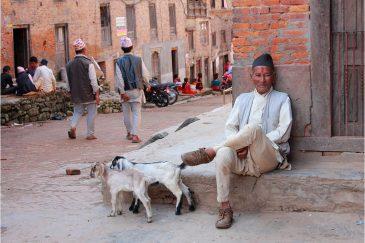 Непальцы носят на голове традиционные пилотки