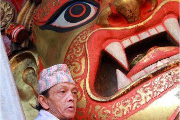Огромная маска Бхайравы на площади Дурбар открывается только на большие праздники