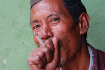 Так непальцы курят сигареты