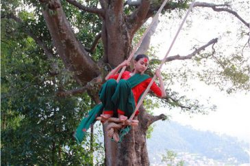 В честь праздника по всему Непалу в деревнях и городах устанавливают качели