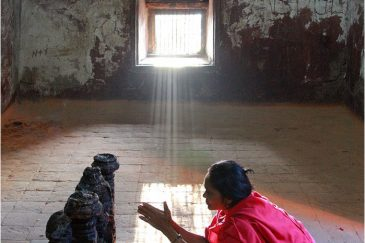 В индуистском святилище на горе обезьян Сваямбунатх в Катманду
