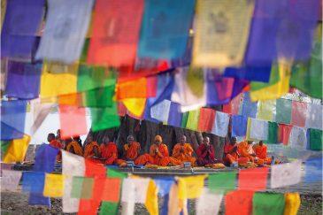 Буддистские монахи в Лумбини - месте рождения Будды