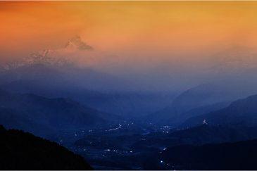 Гора Мачапучаре и долина Покхары ночью