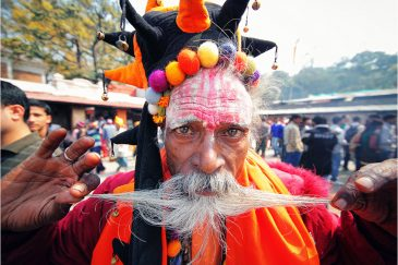 Клоун-садху на празднике Шиваратри в пригороде Катманду Пашупатинатхе