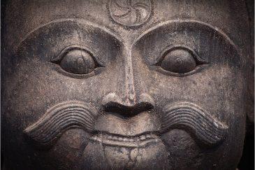 Лицо стража у входа в храм Даттатрейи, Бхактапур