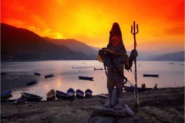 Статуя Шивы у озера Пхева в Покхаре