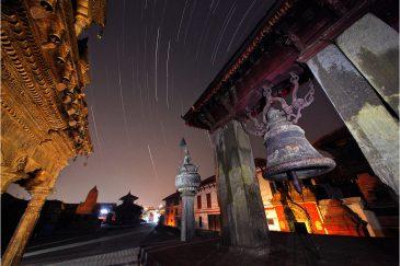 Звездные дорожки в ночном Бхактапуре