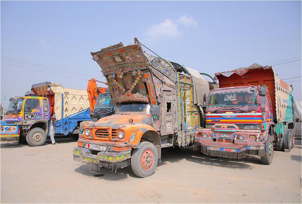 Яркие грузовики на дорогах Пакистана