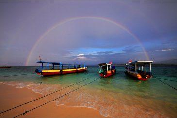 Радуга над пляжем острова Гили Мено