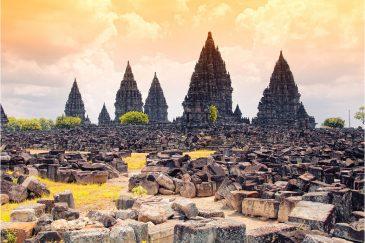 Руины индуистских храмов IX в. Прамбанан на острове Ява
