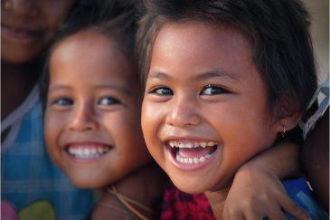 Счастливые дети городка Кута на острове Ломбок