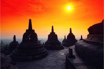 Ступы на верхнем уровне храма Боробудур IX в. на острове Ява
