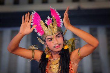 Танцор классического индонезийского танца. Джокьякарта, остров Ява