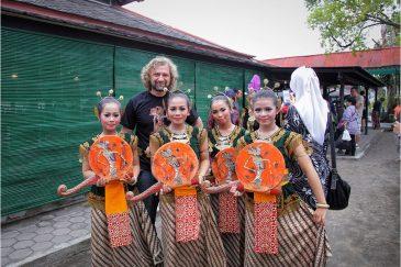С танцовщицами в Джокьякарте, остров Ява