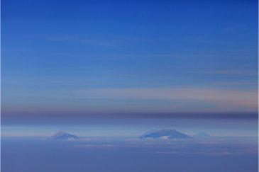 Вулканы Явы в облаках. Вид с вершины вулкана Лаву
