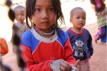 Дети акха продают бусы туристам