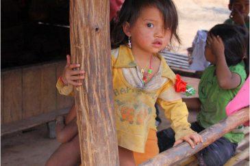 Дети народности акха (ико)