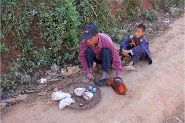 Магическая церемония возле деревни народности акха