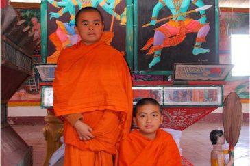 Маленькие монахи в поселке Хоксай на границе с Таиландом