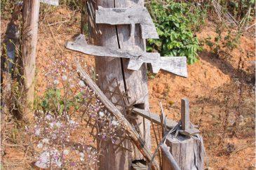 Муляжи оружия для защиты от злых духов при входе в деревню акха