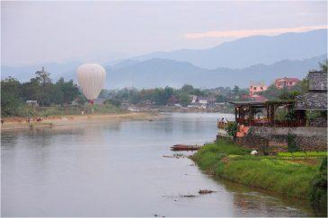 Панорама реки Нам Сонг и поселка Ванвьенг
