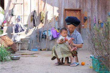 Семья народности яо (мьен) в северном Лаосе